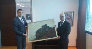 Ambasadoru R. Turske Cihad Erginayu je poklonjena slika Starog grada Srebrenika