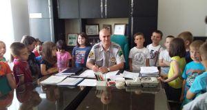 Mališani sa komandirom PS Srebrenik Karić Edinom