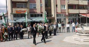 Detalj sa polaganja cvijeća na spomen obilježja u centru Srebrenika