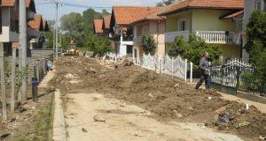 Juče je započelo čišćenje i odvoz mulja, blata i kabastog otpada iz ulice Hasana Kikića u Barama